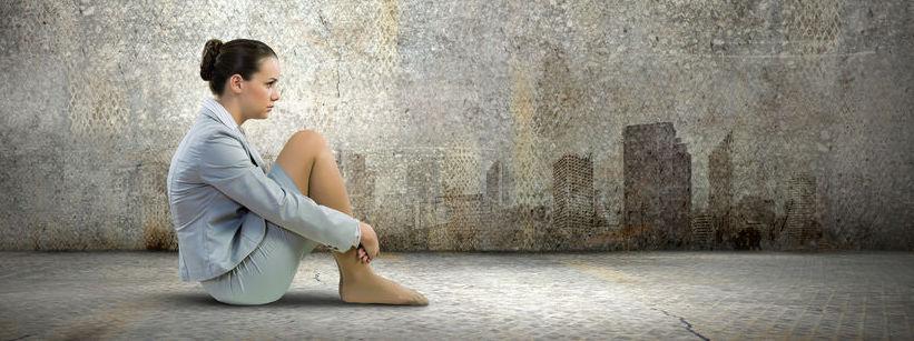 femme seule devant un mur - préjudice moral