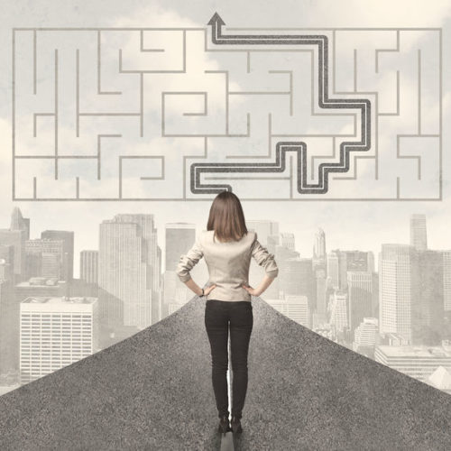 Femme devant un labyrinthe