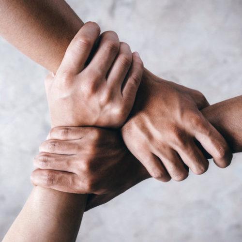 Trois mains qui s'empoignent