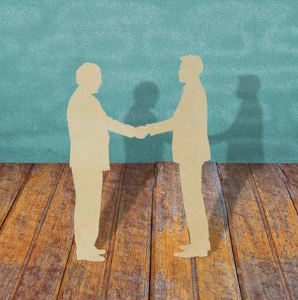 2 hommes se sèment la main